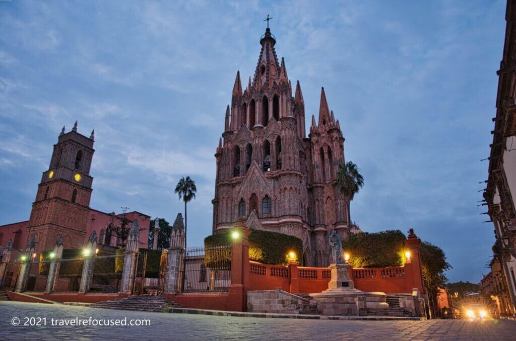 Parroquia-de-San-Miguel-Arcangel-with-lights