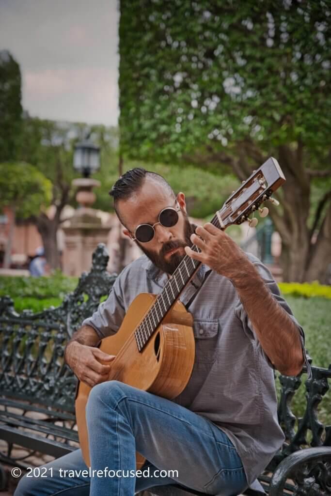 san-miguel-de-allende-guitarist-in-square